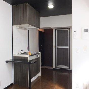 キッチン横にカウンターが付いているので朝のコーヒーくらいならここで飲めそう