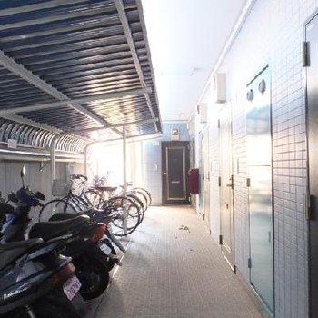 お部屋は一番奥です。手前に駐輪場があります!
