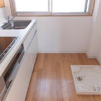 キッチンには窓もあります!洗濯機と冷蔵庫は横並び