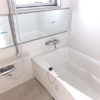 ゆったりサイズ、窓のあるお風呂!