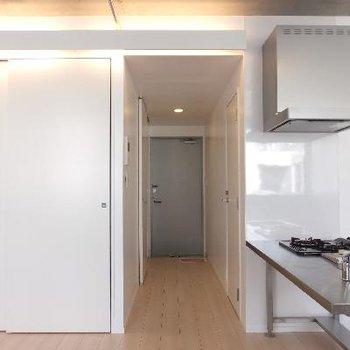 天井に間接照明があります※写真は別部屋です