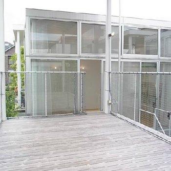 屋根付きの25.2㎡のこんな広いテラス、なかなかお目に掛かれません※写真は別のお部屋です