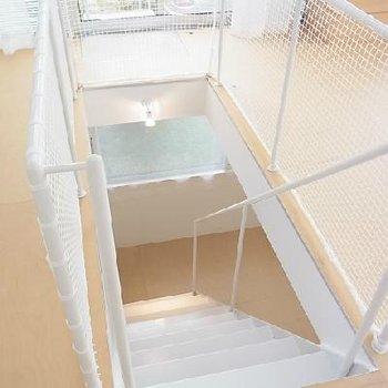 階下への階段※写真は別のお部屋です