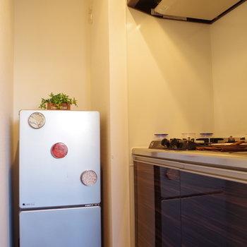 冷蔵庫用のコンセントしか見当たらないからレンジはお部屋かな
