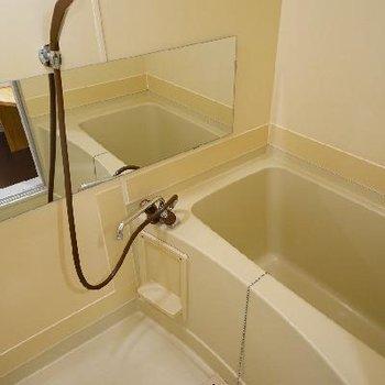 お風呂は横長の鏡をつけました♪
