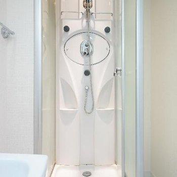 シャワーブースのみですが、なんか近未来!