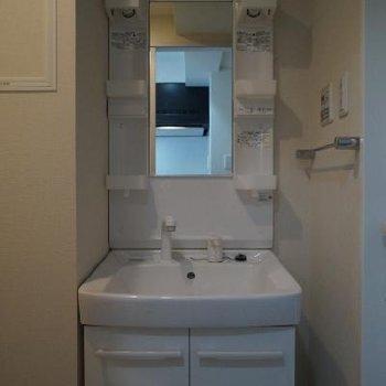 左側が洗濯機置き場です ※写真は別のお部屋です