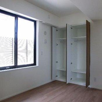 仕切ったお部屋は6帖です。窓からルーバルへつながります。