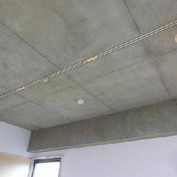打ちっぱなしの天井にライティングレール