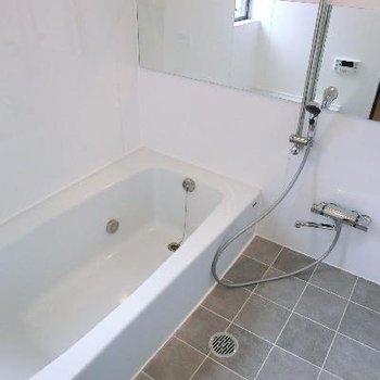浅めのバスタブが優雅です。半身浴を♪