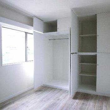 洋室②この収納の多さにびっくり。ここはネイビーのアクセントクロスのお部屋です。
