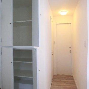 リビングの隅にトイレに繋がる廊下があります。収納もたくさん。