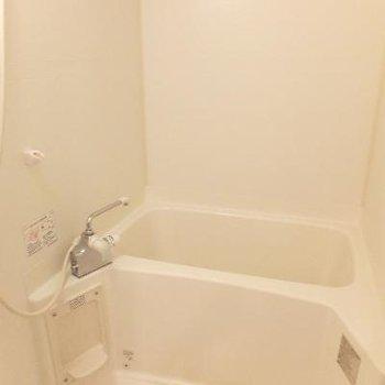 お風呂は追い焚き機能付きです〜!