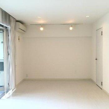 反対から見ると。右奥の扉がクローゼット。