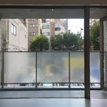 ブラインドを開けると一面の大きな窓!