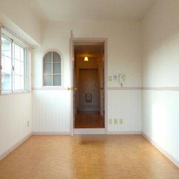 半円窓の可愛いお部屋