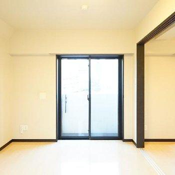 引き戸を閉めても窓が一つずつあるので安心です♪