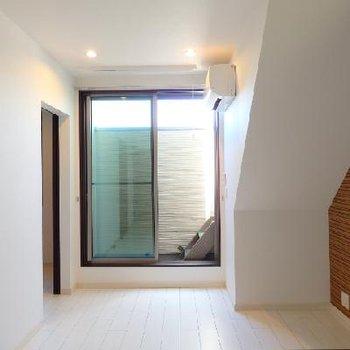 ベランダには天に昇る階段があって、、、、※写真は類似タイプの別部屋です