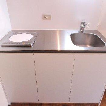 キッチンはIH1口コンロでシンプル。お掃除はしやすそうです