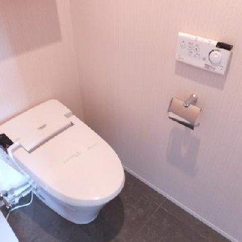 玄関近くにトイレがあります。専用の手洗い付き