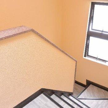 階段も明るい