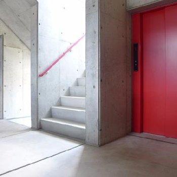 赤のエレベーターがクール