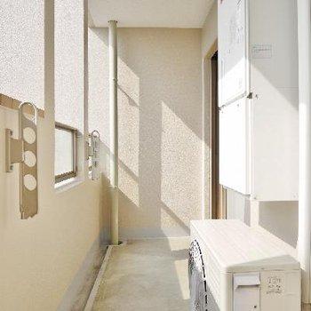 バルコニーはちょうどいい広さですね!日当たりいいし洗濯物もパリッと乾きそう。※写真は前回募集時のものです