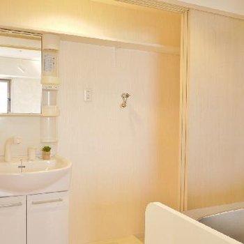 キッチンの後ろに洗面台、洗濯機置場、そして冷蔵庫置き場があります。※写真は前回募集時のものです
