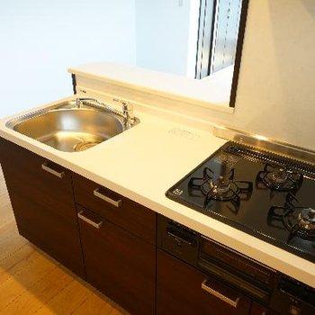 キッチンは3口ガスでグリルつき!