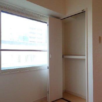 キッチン横の収納はこんな感じ