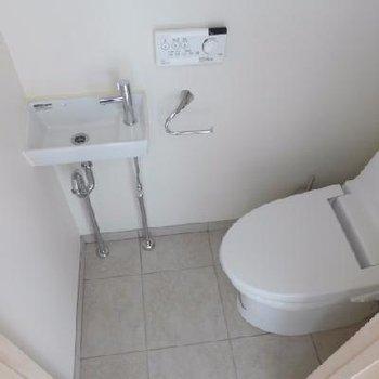 ウォシュレットに手洗器。ばっちり!