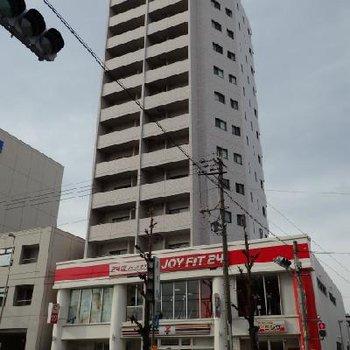 黒川駅目の前のこちらの建物。1階にセブン-イレブン、2階のJOYFITという便利なお部屋!