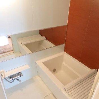 お風呂が素敵!1216サイズのバスタブに、横長の浴室鏡 ※写真は別部屋