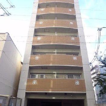 住宅街にあるマンションです