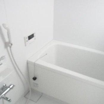 鏡付きの浴室です。