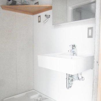 洗面台は小さめ。