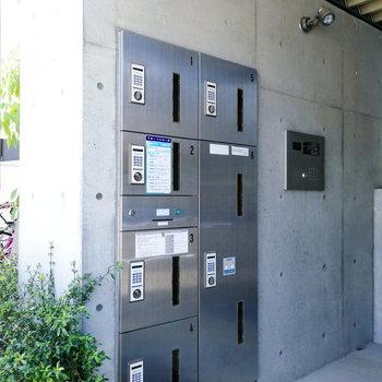 宅配ボックスは駐輪場や駐車場のある裏のエントランスに。