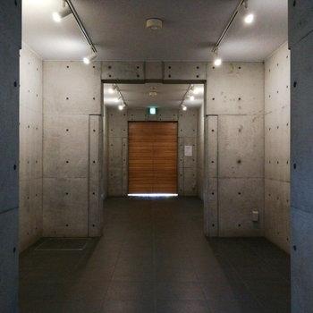 お部屋前の共用部は、表のエントランスに続きます。