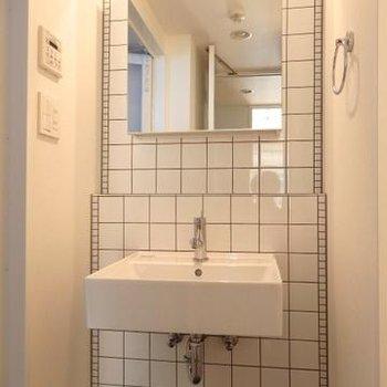 白タイルの洗面台が可愛らしいです※画像は、同じ間取りのお部屋です