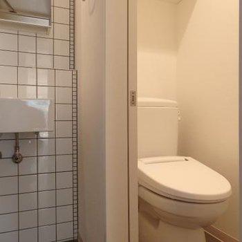 お手洗いは隣に。※画像は、同じ間取りのお部屋です