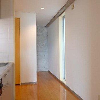 角部屋で、廊下にスリットタイプの窓が付いています ※写真は別部屋