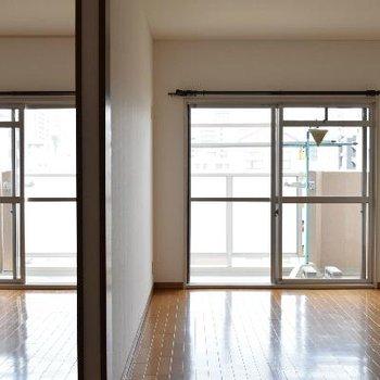 リビングから洋室2つが見渡せます。