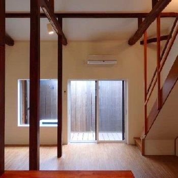 リビングは13帖。ゆったりとした居間には木の柱が立っています