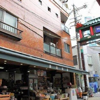 1階は雑貨・食材屋さん。