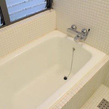 浴室乾燥は付いていませんが、窓があります。