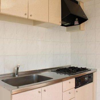 ガスコンロ3口、収納スペースも多いキッチン。
