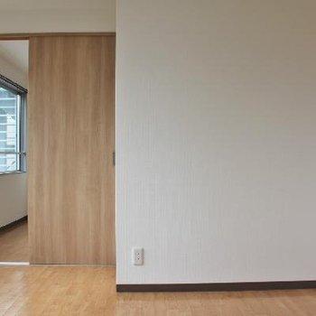 玄関を入って、廊下の扉を開けると。
