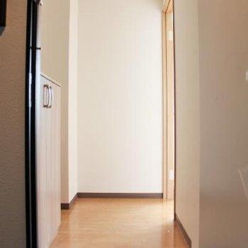 玄関から短い廊下があります。