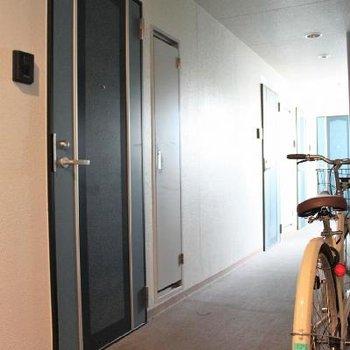 エレベーターが大きく、自転車を持って上がることができます!