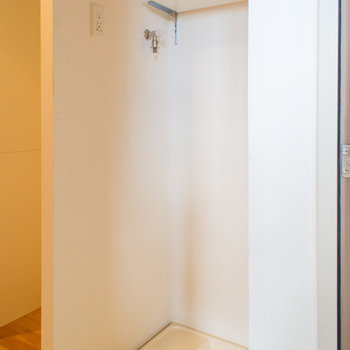 洗濯機置場は玄関にあります。